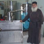 De priester wacht op zijn olijfolie